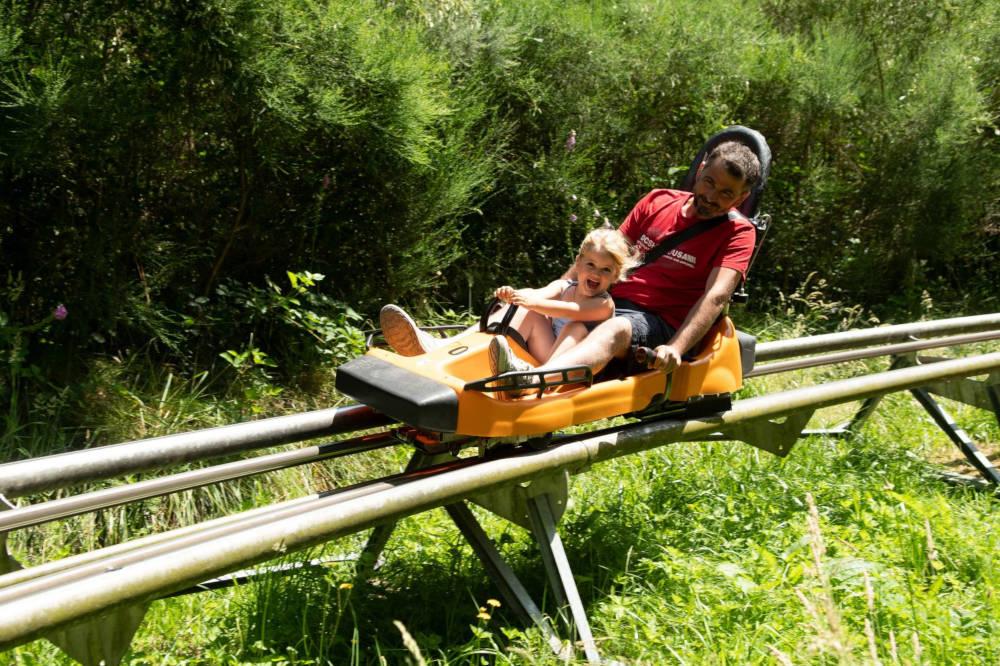 En famille sur la luge sur rails